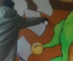 Andrea Tarli realizza murales nel quartiere Piazzarola