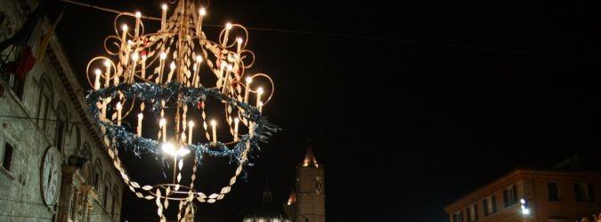 Sono stati da poco posizionati i lampadari di Carnevale in Piazza del Popolo.