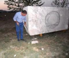 uno scultore con il blocco di travertino