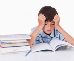 bambino fa i compiti