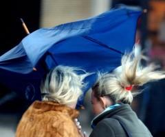 vento-forte ascoli piceno ferito passante da cornicione