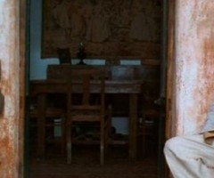 Massimo Troisi e Philippe Noiret sul set de Il Postino. Lo scenografo e la costumista del film saranno in Ascoli giovedì 29 gennaio.