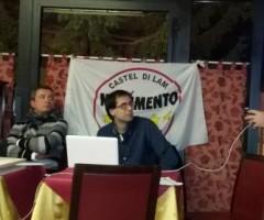 Mauro Bochicchio del Movimento Cinque Stelle illustra il progetto di raccolta dei rifiuti