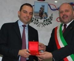 Giovanni Gaspari consegna il premio Truentum ad Andrea Novelli