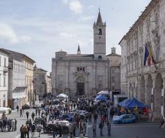 Il raduno di auto in piazza Arringo