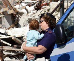 L'Assistente Capo Silvia Angelini Marinucci, in servizio presso la Questura di Ascoli tra le prime ad arrivare sul luogo della tragedia mentre soccorre un bambino